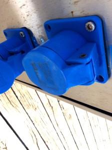 Blaue Poller am Hafen